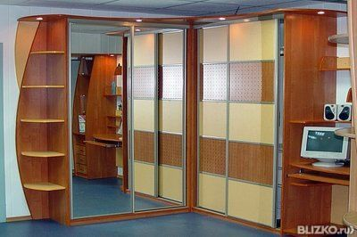 Шкаф-купе угловой с внешними полками и зеркальными дверями в.