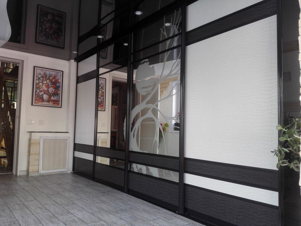 встроенный шкаф купе в гостиную 4 х дверный темный махагон с белым